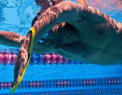 2 attrezzi essenziali per lo stile libero migliorare il recupero a gomito alto swimmershop - Piscina trezzano sul naviglio nuoto libero ...